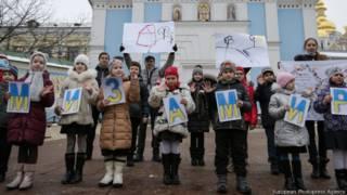 """дети держать плакат """"Мы за мир"""" на украинском языке"""