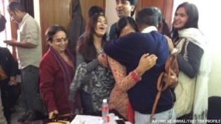 परिवार और दोस्तों के साथ अरविंद केजरीवाल