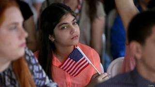 Une jeune immigrante lors d'une cérémonie de naturalisation en Floride