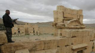 Guardia en sitio arqueológico de Siria