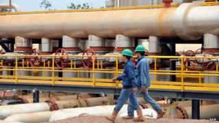 Empleados de Pacific Rubiales en la refinería de la empresa en Campo Rubiales, Meta, Colombia.