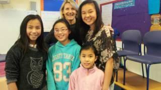 弗雷達和自己領養的四個中國女兒。