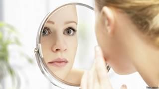 Красотка смотрится в зеркало