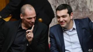 Umushikiranganji wa mbere w'Ubugiriki Alexis Tsipras (i buryo) n'uwujejwe ubutunzi Yanis Varoufakis, bahanganye n'ibihugu vya buraya