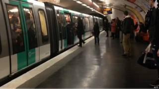 Reprodução de vídeo no metrô de Paris | Foto: AFP