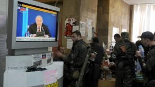 Озброєні сепаратисти ДНР дивляться російський телеканал