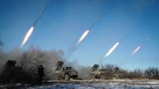Сепаратисты ведут огонь во время штурма Дебальцева