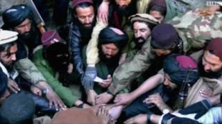 شاهد الله شاهد (په منځ کې پکول لرونکی) تېر کال له 'اسلامي دولت' ډلې سره بیعت اعلان کړ.