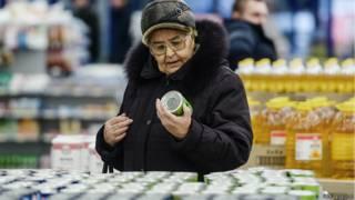 Покупательница в магазине Великого Новгорода