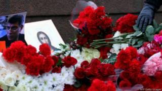 Цветы на Большом Москворецком мосту, где был убит Борис Немцов