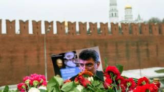 Цветы на месте убийства Немцова