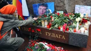 Портрет Бориса Немцова у мемориала узникам Гулага в Санкт-Петербурге