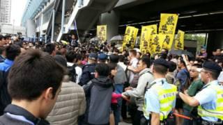 元朗的反「水貨客」示威者聚集朗屏站