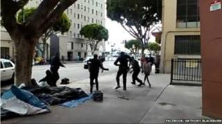 死者与警察打斗画面