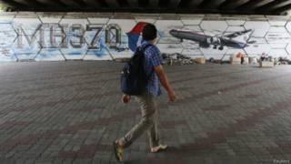 Мужчина на фоне граффити MH370