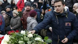 Оппозиционер Илья Яшин кладет цветы на месте убийства Бориса Немцова
