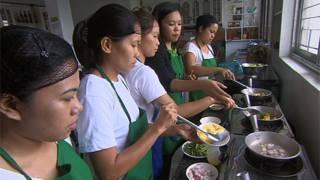 Các thực tập sinh Philippines học nấu ăn để đi ra nước ngoài làm người giúp việc trong gia đình