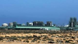 لیبیا میں تیل کے ایک کارخانے کی تصویر