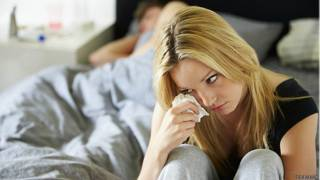 Расстроенная девушка в постели