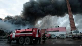 Столб черного дыма над торговым центром