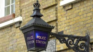 Синий фонарь - символ полицейского участка в Великобритании