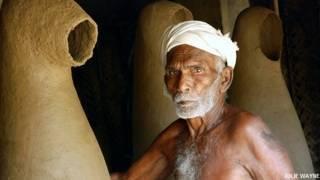 तमिलनाडु के अय्यनार के देवताओं, टेराकोटा मूर्तियों की निर्माण प्रक्रिया और कुम्हारों के जीवन पर केंद्रित फ़ोटोग्राफ़र जूली वेन की फ़ोटोग्राफ़ी.