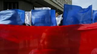В Симферополе активисты с российскими флагами