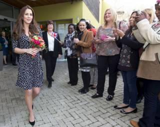 身懷六甲的凱特王妃到一家兒童慈善機構參觀