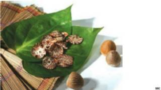 सुपारी को चूने, पान के पत्ते, और अन्य खुशबूदार पद्र्तों के साथ खाया जाता है