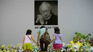 Поклоны перед фото Ли