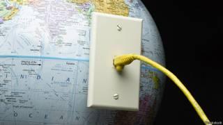Глобус с интернет-кабелем в боку