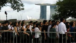 Người dân xếp hàng đợi vào viếng cố TT Lý Quang Diệu