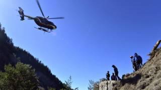 Спасатели на месте гибели самолета в Альпах