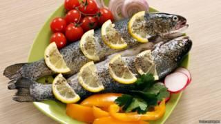 Un plato con pescado