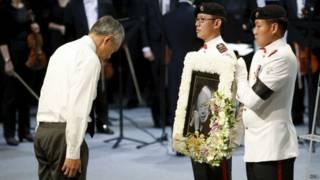 премьер Сингапура Ли Сянь Лун у фото отца