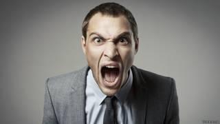 Злой бизнесмен кричит