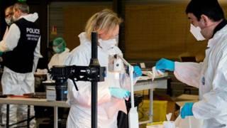 Forenses analizan los restos de las víctimas de la tragedia del avión de Germanwings