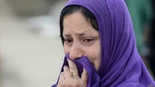 कश्मीरी महिला रोती हुई