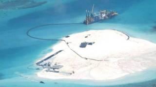 哈里斯警告說,通過在南海持續擴建島礁,中國軍方正在南海打造他所稱的「沙土長城」。