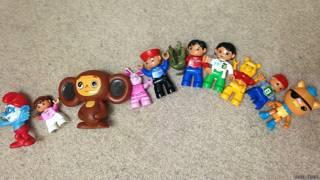 Выложенные в ряд игрушки