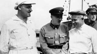 Генрих Ягода (в центре) с Никитой Хрущевым (справа)