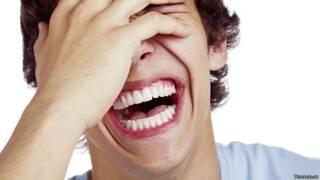 Неудержимо смеющийся юноша