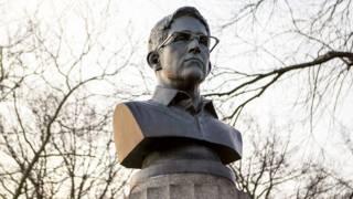 Бюст Эдварда Сноудена в парке Форт Грин