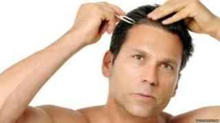 Мужчина, выщипывающий волосы