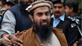 Закир Лахви, подозреваемый организатор нападения на Мумбай в 2008 году, после судебного заседания в Исламабаде
