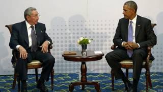 Obama e Raúl Castro na Cúpula das Américas (EPA)