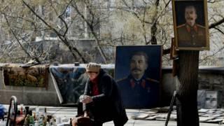 Портерты Сталина на блошином рынке в Тбилиси