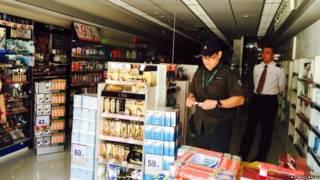 澳門議事亭前地兩名保安員在一家受斷電影響的商店留守(澳門論盡媒體圖片15/4/2015)