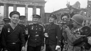 Советские военнослужащие возле Бранденбургских ворот в Берлине (май 1945 г.)
