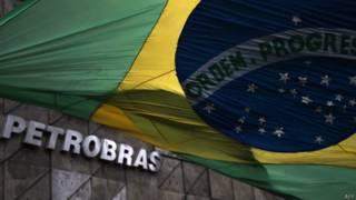 Bandera de Brasil frente a la fachada de la petrolera estatal Petrobras